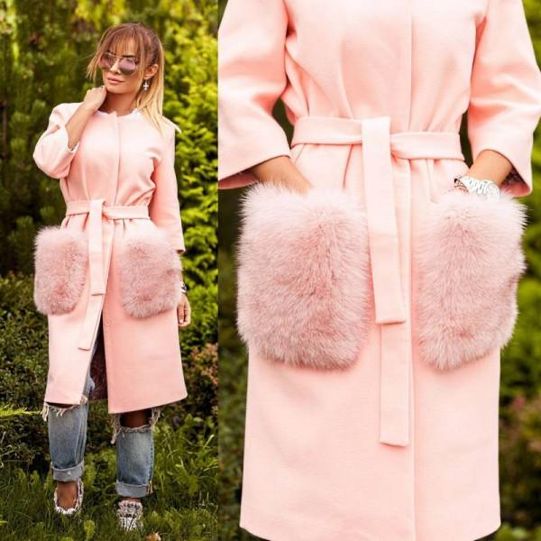 Пальто с яркими меховыми карманами