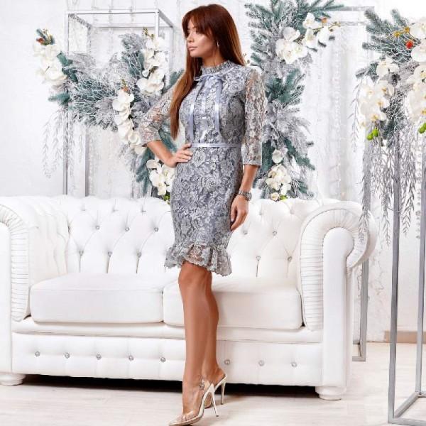 Платье с кружевной оборкой серое