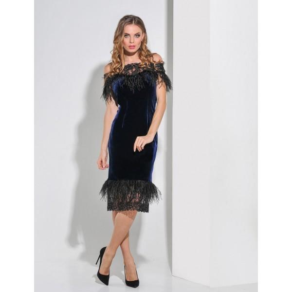 Бархатное платье с перьями