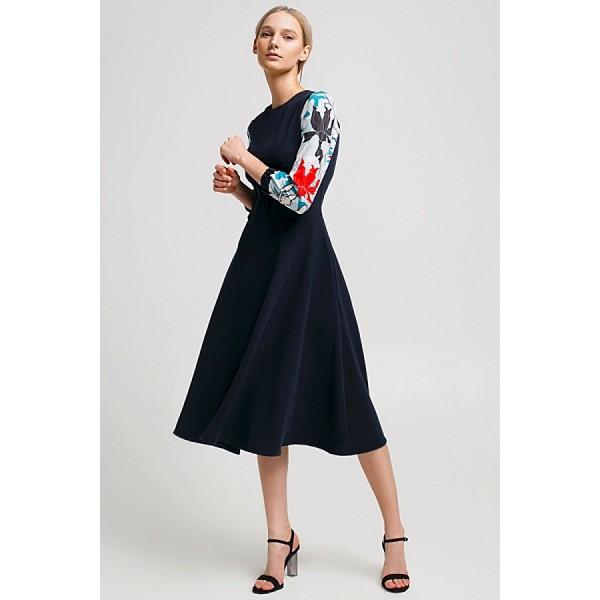 Платье с контрастным рукавом синее