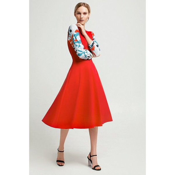 Миди-платье с декоративными швами и контрастным рукавом
