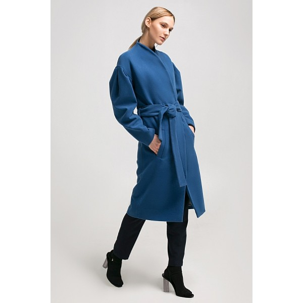 Пальто с запахом и объемными рукавами синее